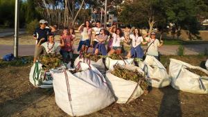 El grup Scout Àguiles d'Alacant neteja els espais verds públics del cap Salou