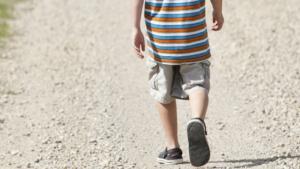 El niño caminaba solo por la calle