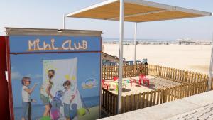 El nou miniclub de la platja del Regueral ofereix servei d'acollida fins el 31 d'agost.