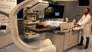 El robot permet la disminució de possibles errors terapèutics, ja que observa l'entorn externs a la cirurgia