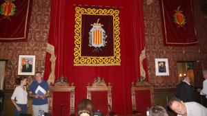 El saló de plens ara el presideix l'escut de la ciutat i el retrat de Felip VI ha quedat reduït a una fotografia.