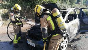 El turisme ha començat a cremar a la carretera C1413a, a l'altura de Sant Cugat del Vallès