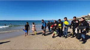 Els submarinistes del SES van netejar aquest diumenge el fons marí de la platja del Miracle.