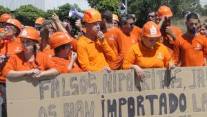 Els treballadors d'Hydro de Santa Oliva protestant a l'entrada de la planta.