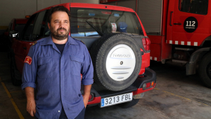 En Marc Castellnou, cap dels GRAF, al parc de Bombers de Tivissa, a la zona de vehicles