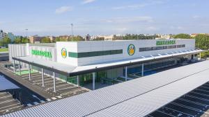 Exterior primera tienda de Mercadona en Portugal en Vila Nova de Gaia, Oporto.