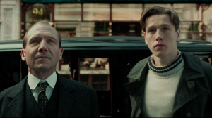 Fiennes y Dickinson en 'The King´s Man' (2020)