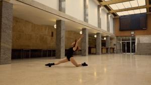 Fotograma del curt de l'Escola de Cinema de Reus gravat a la Llotja de la Cambra de Comerç que recrear la mítica escena de la pel·lícula 'Flasdance'
