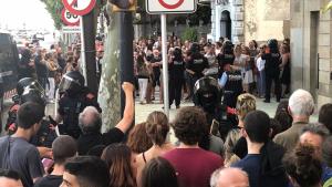 Hi van tenir lloc dues manifestacions: una antiracista i una altra contrària als MENAs