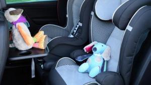 Imagen de archivo de sillitas infantiles en el asiento trasero del coche