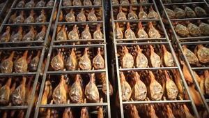 Imagen de los jamones en una de las fabricas de Comapa.