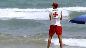 Imagen de un socorrista de la Cruz Roja en la playa