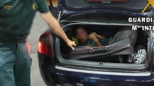Imagen del momento en que los agentes localizaron a la mujer