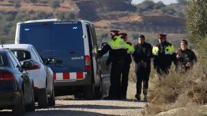 Imatge de diversos agents dels Mossos d'Esquadra traslladant l'acusat després de la reconstrucció dels fets