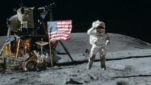 Imatge de la bandera dels Estats Units clavada a la superfície de la Lluna