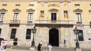 Imatge de la façana de l'Ajuntament de Tarragona sense la bandera de l'Orgull