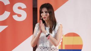 Imatge de la portaveu de Cs al Parlament i candidata a presidenta de la Generalitat, Lorena Roldán, amb les mans en senyal de gratitud