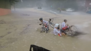 Imatge de l'aparatosa caiguda dels ciclistes de la Volta dissabte al Penedès