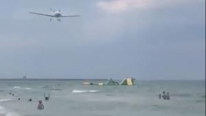 Imatge de l'avioneta que ha sobrevolat la platja de Calafell