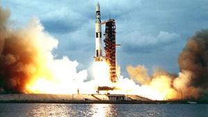 Imatge de l'enlairament del coet Saturn V que va portar l'Apol·lo 11 a la Lluna