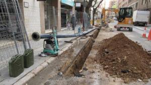 Imatge de les obres que s'estan fent al carrer de Mare Molas de Reus per millorar la xarxa d'abastament d'aigua