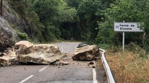 Imatge de les roques al mig de la carretera després de l'esllavissada