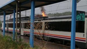 Imatge de l'incendi, aquest matí a l'estació de Salomó