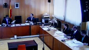 Imatge del judici del crim de Riudecanyes, amb el jutge amb el veredicte de culpabilitat a les mans