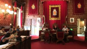 Imatge del plenari de l'Ajuntament de Tarragona on s'ha aprovat la moció de la pancarta dels «presos»