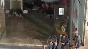 Imatge del portal del carrer Unió de Tarragona que s'ha convertit en un «alberg» per persones sense sostre.