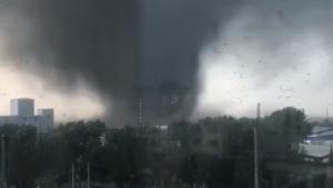Imatge del tornado destruint tot el que trobava al seu pas