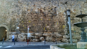 Imatge dels llaços grocs penjats aquest cap de setmana a la Muralla de Tarragona.