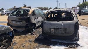 Imatge on es pot veure l'estat del cotxe calcinat a causa de les flames