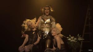 La artista luce trajes muy extravagantes en el vídeo