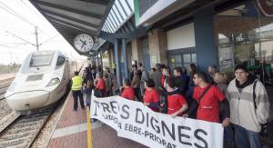 La plataforma Trens Dignes protestant davant un Euromed a l'estació de l'Aldea