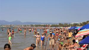 La platja de Salou, plena de gom a gom