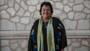 La rectora de la URV, María José Figueras, davant l'edifici del Rectorat