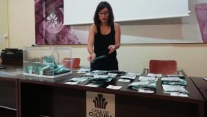 La regidora Carla Miret fent el recompte dels vots als pressupostos participatius d'Alcover.