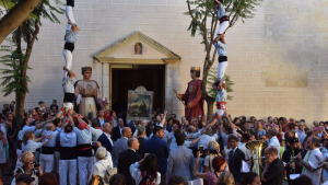 L'entrada del Quadre de Santa Rosalia a l'església de Sant Pere Apòstol, en acabada la processó.