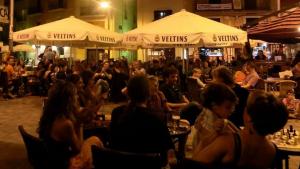 Les terrasses de la plaça de la Font de Torredembarra, en una imatge d'arxiu.