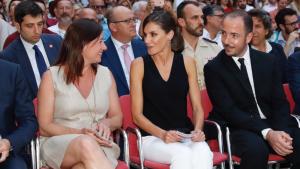 Letizia entre el público asistente a la inauguración, con Jaume Ripoll a la derecha de la imagen