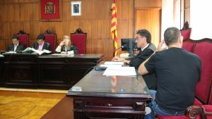 L'home acusat d'abusar de la seva fillastra de 13 anys nega els fets davant del jutge
