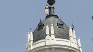 L'home s'ha enfilat a la cúpula d'un edifici