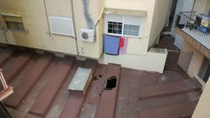 L'impacte de l'home ha trencat el sostre del pàrquing després de caure pel celobert.