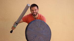 L'impulsor del jugger a Tarragona, Jordi Suárez, amb les seves armes fabricades artesanalment