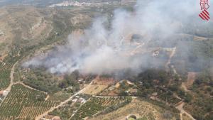 L'incendi declarat en Rafelguaraf i que continua descontrolat