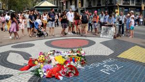 Mosaic de Miró a la Rambla amb flors i espelmes en honor a les víctimes de l'atemptat del 17-A
