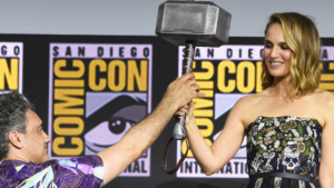 Natalie Portman recibe el martillo de Thor de la mano del director Taika Waititi
