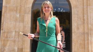 Noemí Llauradó exhibeix la vara que l'acredita com a nova presidenta de la Diputació de Tarragona.