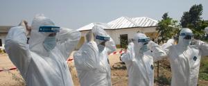 Sanitaris locals i de l'Armada dels Estats Units durant una reunió d'experts sobre Ebola en un hospital militar de la regió